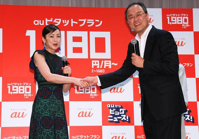 斉藤さんと握手して満面の笑みを浮かべる田中社長