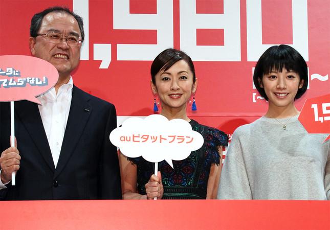 (写真左から)KDDIの田中孝司社長、斉藤由貴さん、夏帆さん