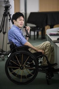 大手企業総務部に勤務する小川晃生(おがわ・こうせい)さん。週末は、ウィルチェアーラグビーの選手として試合に出る