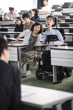 延世大学から来た重度の障害者に、介助者として母親が付いて来日した。母たちの明るい表情が印象的だった