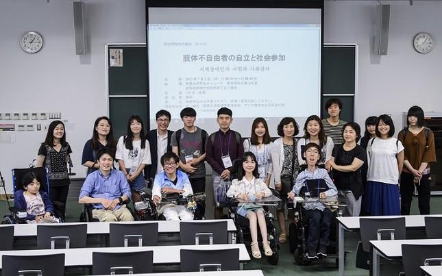 7/2(日)、 シンポジウム「肢体不自由者の自立と社会参加」。終了後、韓国と日本の障害者学生たちが交流した