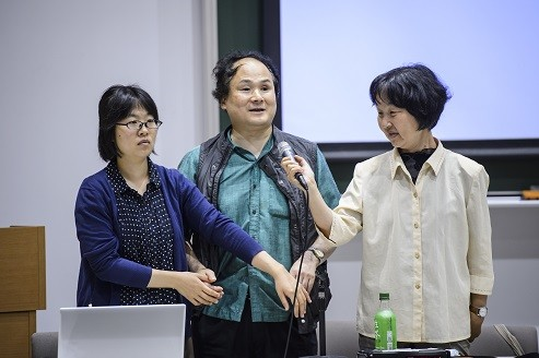 盲ろう者の東大教授、福島智さん(中央)が日韓の障害者学生たちを前に挨拶に立った。左側の女性が指点字通訳者