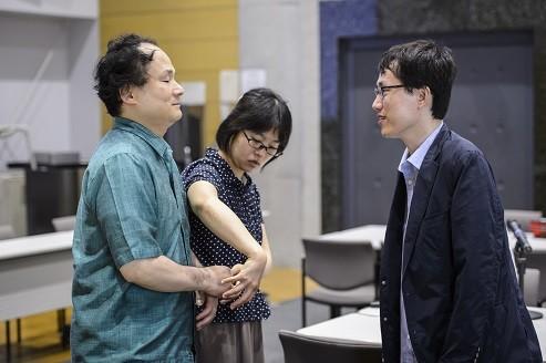 指点字通訳者は、任龍在准教授(右)の言葉や表情、引率した韓国の学生たちの雰囲気までも福島教授に伝えていた