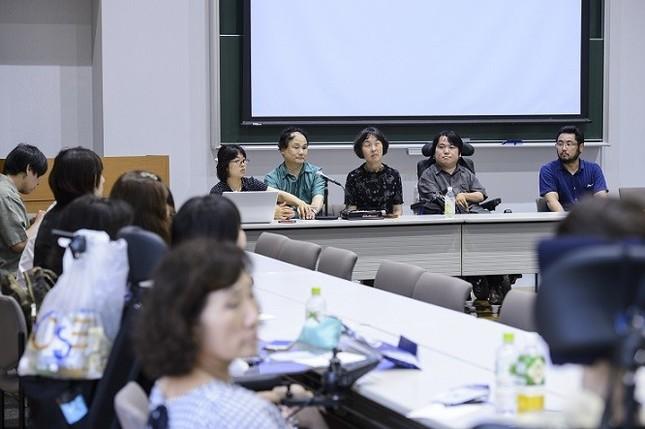 障害者で東大准教授の熊谷晋一郎さん(右から2人目)の講義で始まった。群馬県立盲学校、前橋市立前橋特別支援学校、埼玉県立行田特別支援学校の教諭らも参加した