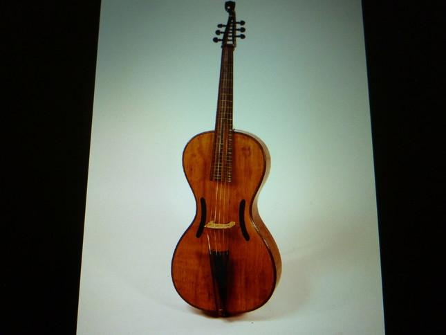 アルペジョーネはチェロに似ているがよく見るとギター的部分が多い