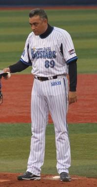 2012年・DeNA時代の友利コーチ(WikimediaCommonsより、ぽこ太郎さん撮影)