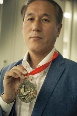 2011年、日韓両国旗を背負ってナミビアのサハラ砂漠マラソン250Kmを完走。2013年には日本人全盲ランナーを伴走し、チリのアタカマ砂漠マラソン250kmを完走し、話題になった。完走すると「完走賞」としてメダルが授与される。(写真・フォトグラファー 渡辺誠)
