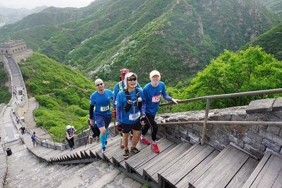 視覚障がい者をサポートする伴走者が少しずつ増えている。 万里の長城マラソンには韓国と中国から3人。米国、英国から 各1人ずつ参加した。(写真・Small Bell Sound)