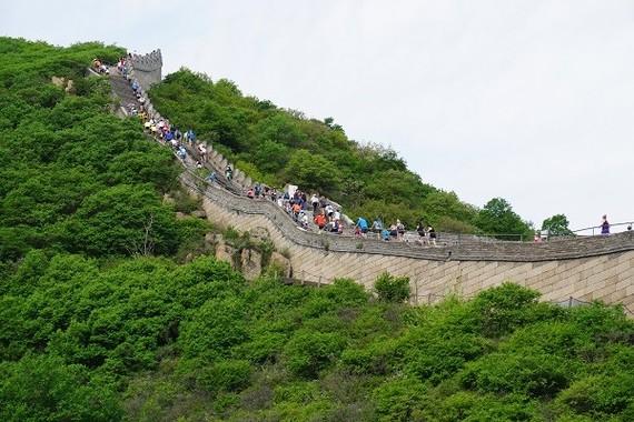 世界から約200名が集まった。過去16回開催された万里の長城マラソンで初めて視覚障がい者が参加した。大会関係者から大きな拍手を浴びた。(写真・Small Bell Sound)