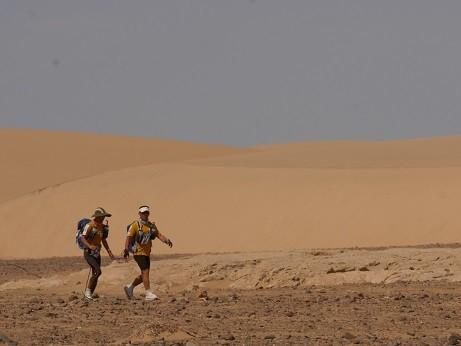 視覚障がい者は、伴走者のリュックにつけた通称「絆ロープ」をしっかり握って走る。