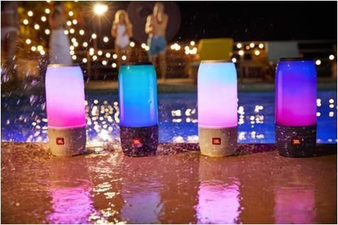 プールサイドやパーティーシーンなど、音楽と光で華やかに