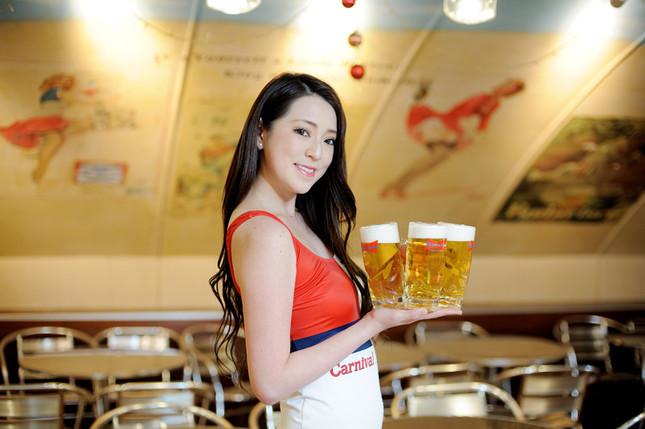 バドワイザーガールがキンキンに冷えたビールを運んでくれる