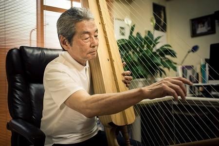 西洋の弦鳴楽器であるハープは右肩で支えるのに対して、百済琴の箜篌(くご)は左肩で支える。正倉院に2張しか残っていなかった箜篌を、復元した。