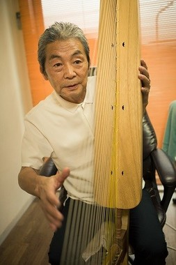 腕木を太ももではさみ、左の肩で胴を支える。立てると大きいけれど胴は1本の山桐を丁寧に掘り抜いて作ってあるので、想像以上に軽い。