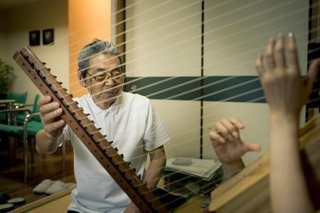 何本もの絹糸を集めた絃が複雑に共鳴し、独特のゆらぎをもたらす。お披露目は10月1日(日)三重県文化会館中ホールにて催される『正倉院の響き』で。