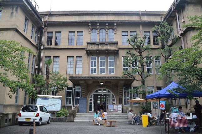 旧立誠小学校が「おばけ屋敷」に(写真はWikimedia Commonsから、作者:Razgradさん)