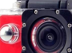 最強コスパだ! 動画も撮れる多機能カメラ、防水ケース、自撮り棒付きで4980円