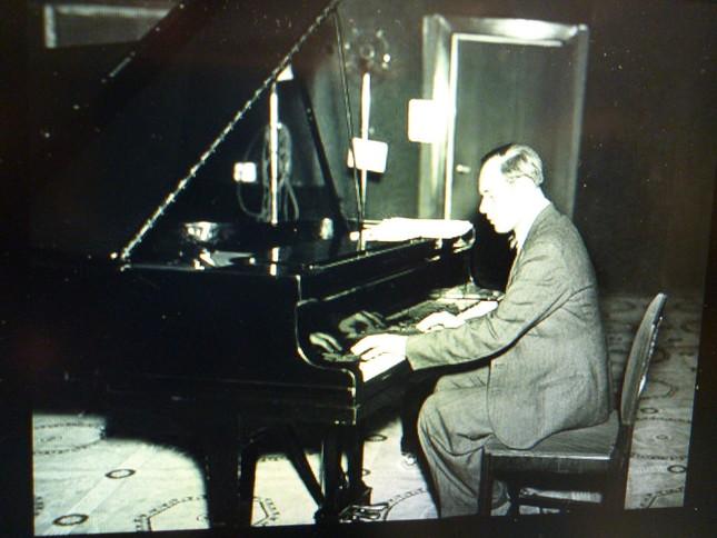 ピアノを弾くフルメリ―