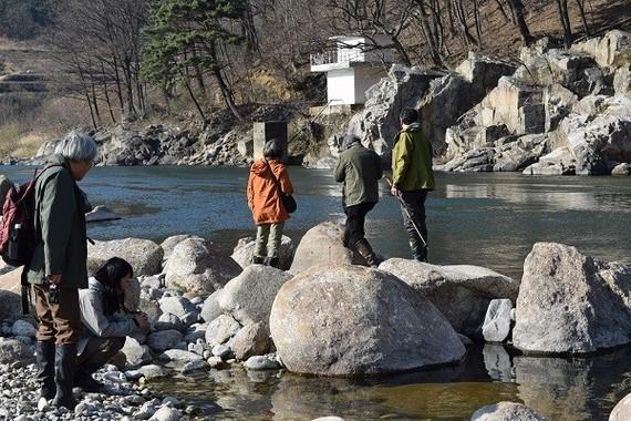 公益財団法人韓昌祐・哲文化財団の助成金で実現した韓国の野生カワウソ観察ツアー。   晋州(チンジュ)市にある晋陽(ジニャン)湖のカワウソ保護区などを見学した。
