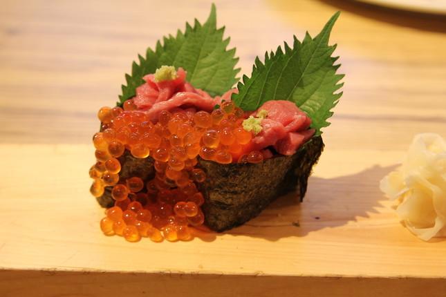 桜ユッケとこぼれいくらの手巻寿司