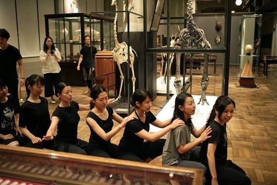 8月中旬の夜、韓国人演出家の金世一(キム・セイル)氏が率いる劇団「世am I」の実験稽古が博物館内で行われた。