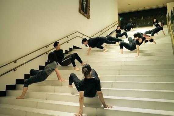 館内の施設をいっぱいに使い、息が切れて動けなくなるまで肉体を動かす。金世一氏が俳優の身体の可能性を引き出していく。