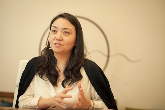 演劇創作プロジェクト「PlayIMT」の担当者、寺田鮎美特任准教授。ミュージアムでアーチストと研究者が協同で新しい演劇創作をめざす。