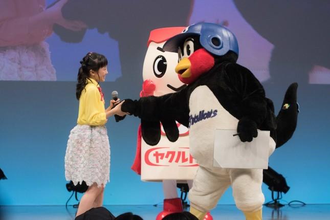 本田望結さんにはすすんで握手するつば九郎