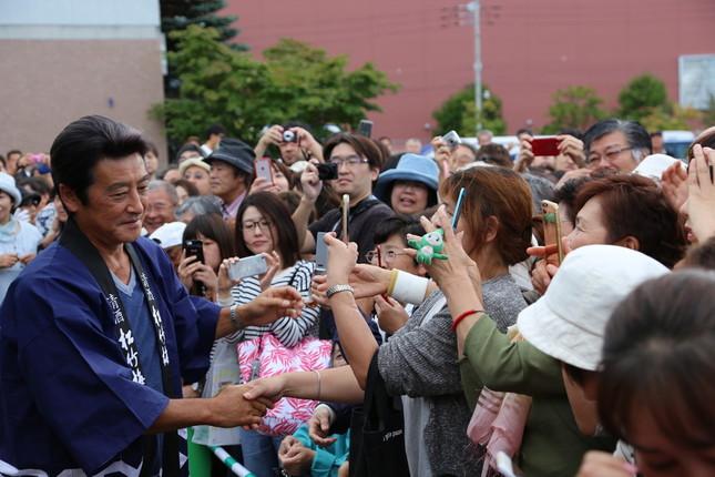 多くのファンが詰めかけた。写真左は、神田正輝さん。