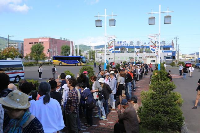 記念館前では、ファンが長い行列を成した。