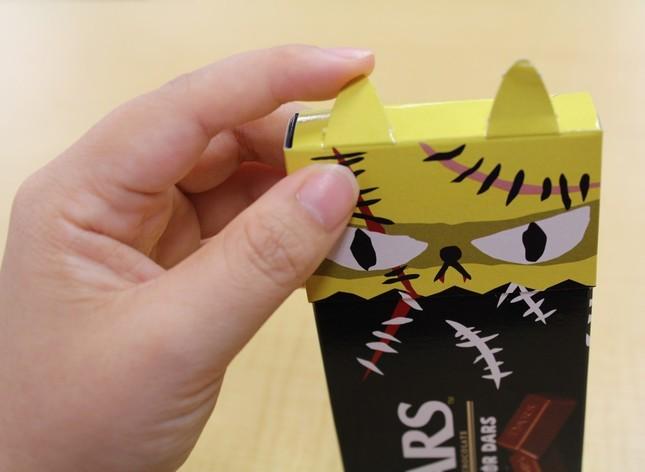 パッケージの右側の側面の切り取り線に沿って紙を切り抜く
