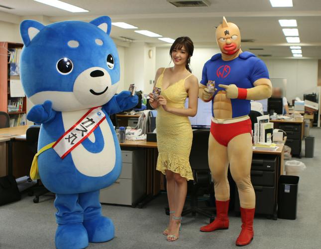 J-CASTのマスコットキャラクター「カス丸」と記念撮影