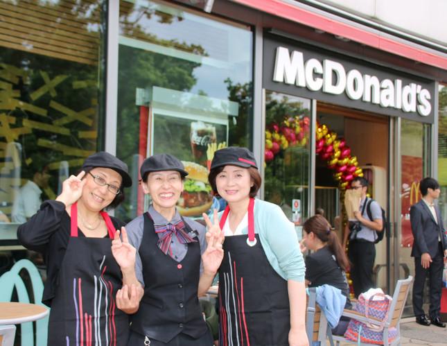 「主婦向けクルー体験会」に参加した主婦(写真左右)と、マクドナルドのクルー(中央)