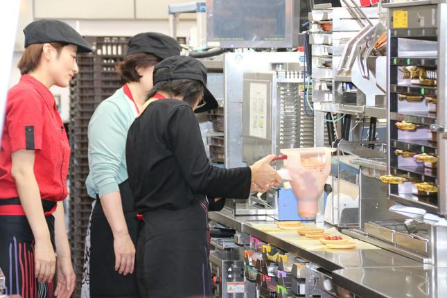 ハンバーガーの製造を体験していた。