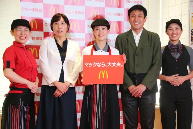 「秋の人事戦略 詳細発表会」で撮影。写真中央は、主婦代表で登壇したタレントの松嶋尚美さん。
