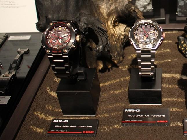 「MR-G」シリーズの2017年3月発売のウオッチ「MRG-G1000B-1A4JR」(写真左)