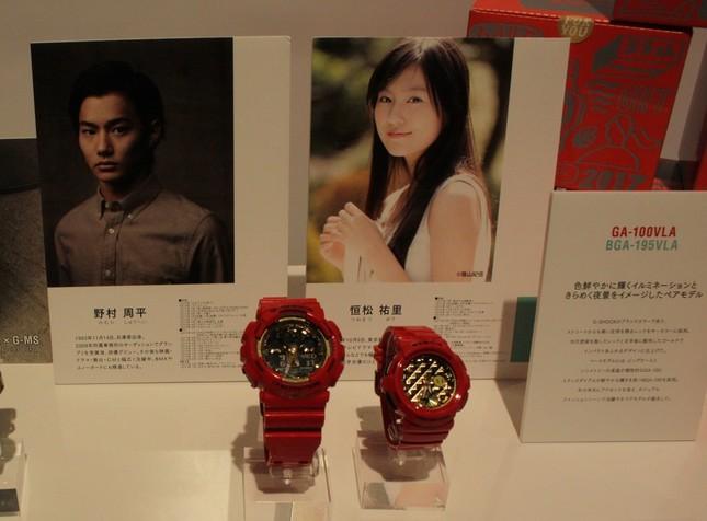 12月発売予定のレッドをテーマカラーに用いたペアモデル。写真左が男性向けの「GA-100VLA-4AJF」(1万5500円)、写真右が女性向けの「BGA-195VLA-4AJF」(1万6500円)。
