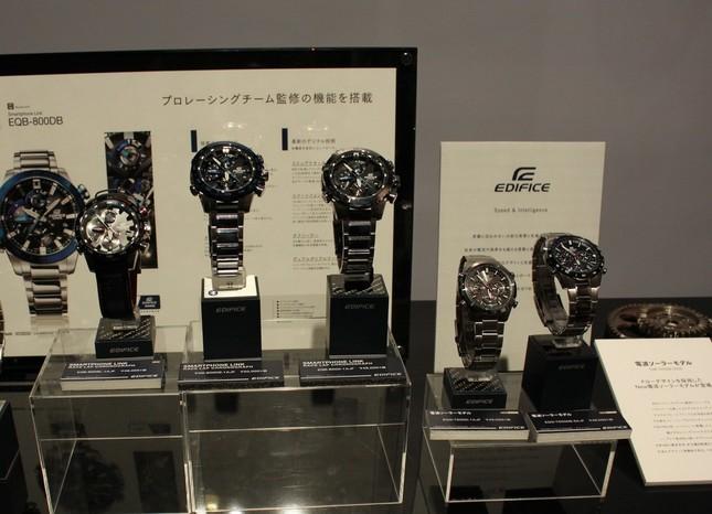 8月に発売したばかりの「EDIFICE」のモータースポーツを意識したBluetooth搭載のモデル「EQB-800」(4万6000円~5万円)は、スマートフォンを介して時刻の自動修正が可能(写真中央3つ)。写真右は、10月発売予定の電波ソーラーモデル「EQW-T650D-1AJF」(4万5000円)と「EQW-T650DB-2AJF」(4万8000円)