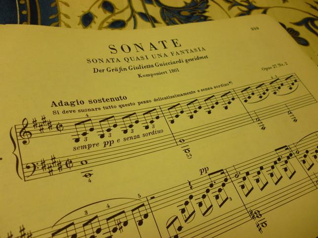 ソナタ風幻想曲、というサブタイトルが見える通称『月光ソナタ』の楽譜冒頭