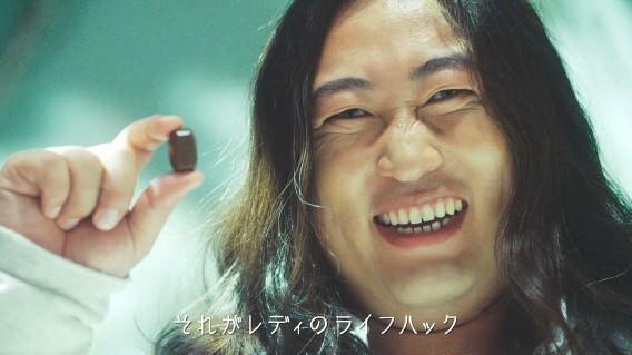 グリコのWEB動画にお笑い芸人の秋山竜次さん(ロバート)が出演
