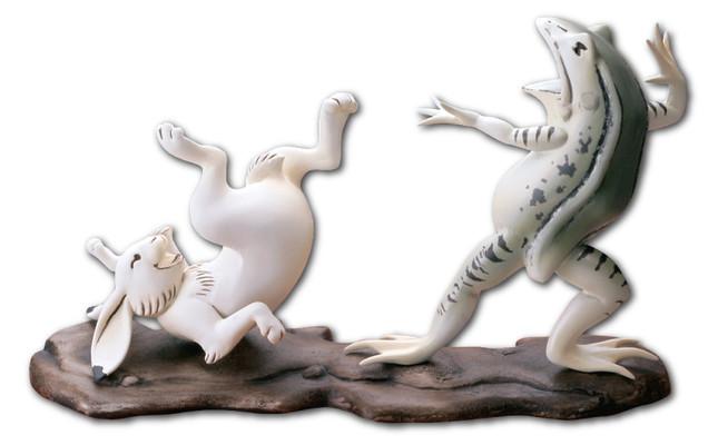 カエルとウサギが戯れる名場面?がフィギュア&切手に