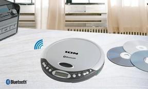 Bluetoothスピーカーやヘッドホンと接続してワイヤレスで音楽再生できるポータブルCDプレーヤー
