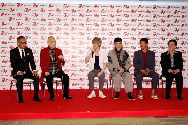 製作発表会のトークセッション。左から原作者の福本伸行氏、俳優の津川雅彦さん、本郷奏多さん、鹿賀丈史さん、駿河太郎さん、六角慎司さん