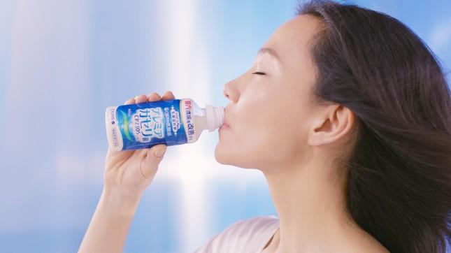 「届く強さの乳酸菌」を飲む木村さん
