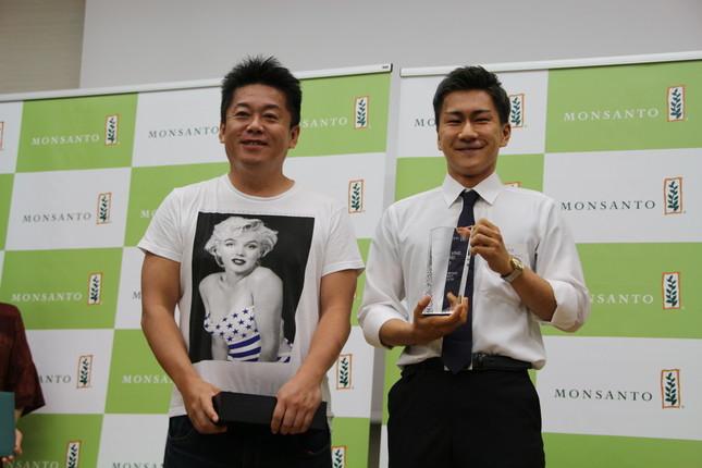 最優秀作品とチームには堀江氏からトロフィーが贈呈された