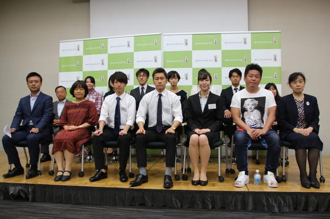 参加3チームの学生たちと審査員