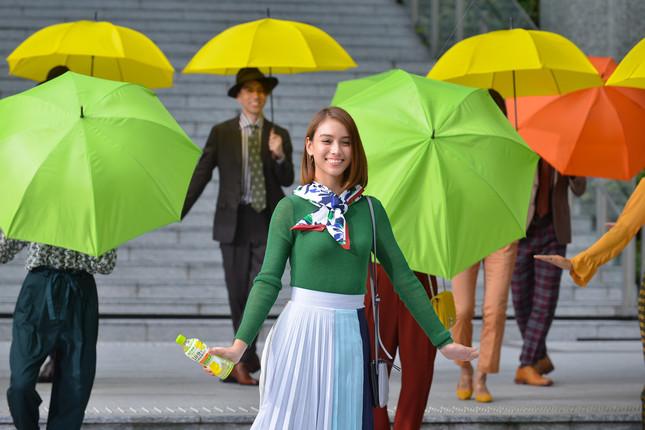 CM撮影時の一枚。カラフルな傘を背景に、天真爛漫に踊りあげた。