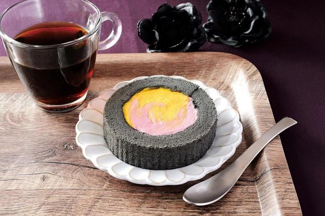 「かぼちゃ&紫芋のロールケーキ」(210円)
