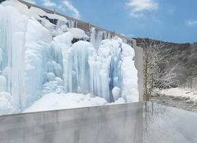 凍った滝を温泉につかりながら鑑賞 奥入瀬渓流ホテル「氷瀑の湯」開催
