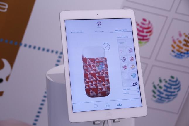 タブレット上に登録されたデザインパターンやスタンプを選ぶだけで、オリジナルケースが作れる。